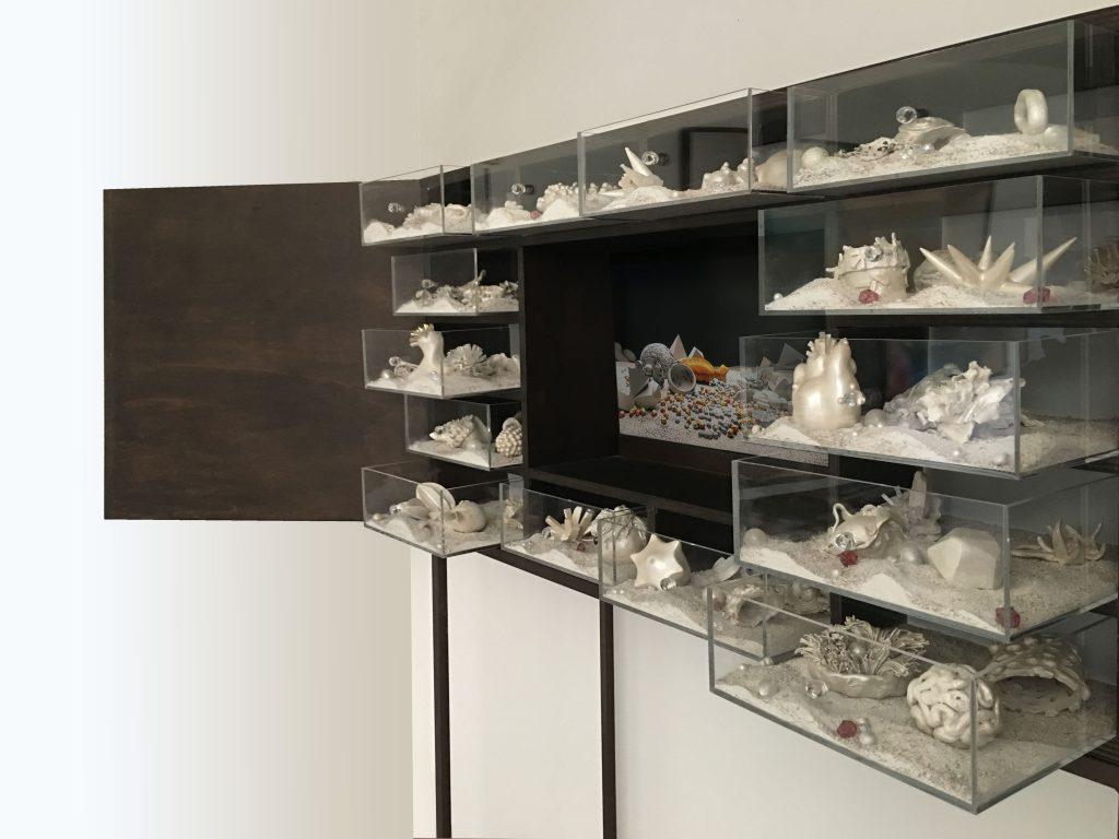 Matter waves unseen (particolare), 2012,  legno, plexiglass, led, sabbia, televisore HD e materiali vari, 165 x 113,5 x 40 cm