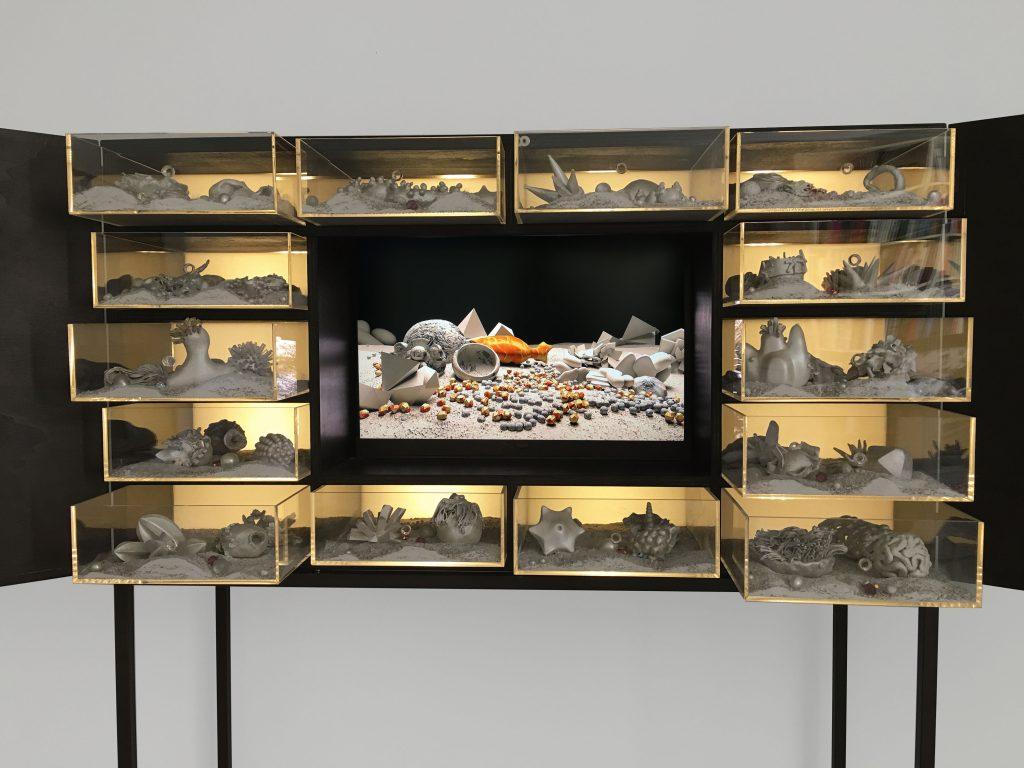 Matter waves unseen (particolare), 2012,  legno, plexiglass, led, sabbia, televisore HD e materiali vari, 165 x 113,5 x 40 cm (foto Ernani Orcorte)