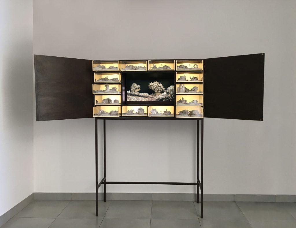 Matter waves unseen, 2012 legno, plexiglass, led, sabbia, televisore HD e materiali vari, 165 x 113,5 x 40 cm