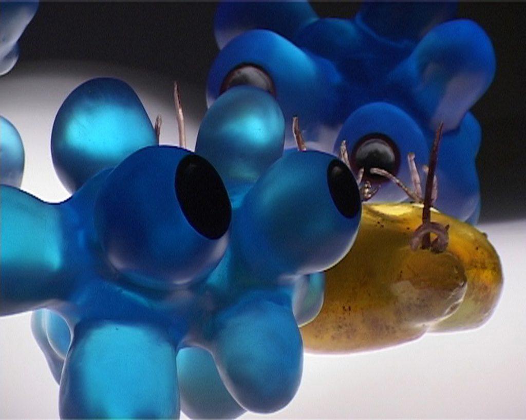 Atomo, 2005, resina, pigmento, 30 x 35 x 28 cm e Patata gioiello, 2005, resina, pigmenti, perle, 30 x 25 x 15 cm