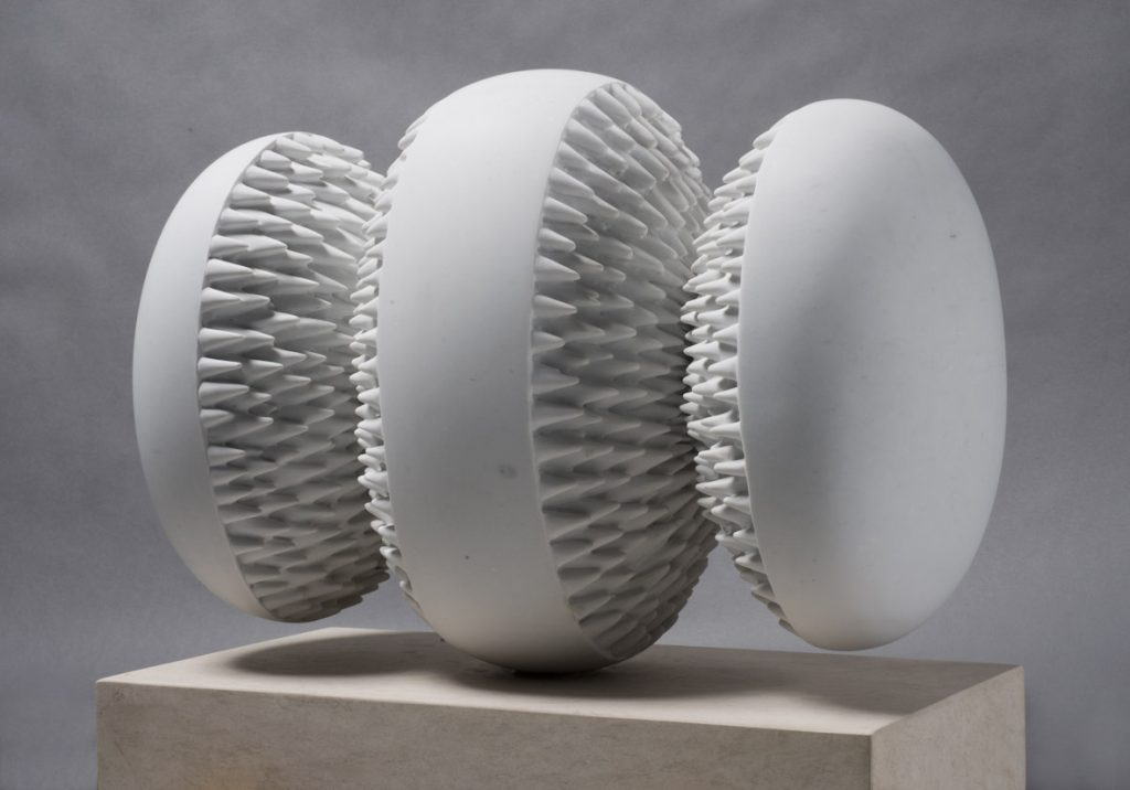 Attrazione magnetica, 2008, white Carrara marble, 45 x 67,5 x 32,5 cm (photo Ernani Orcorte)