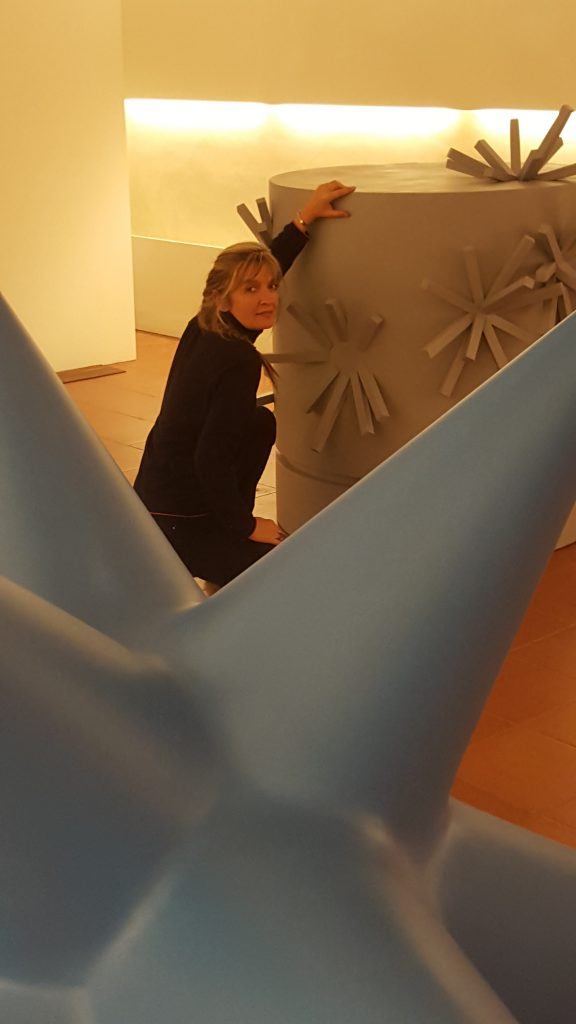Giuliana Cunéaz durante l'allestimento di Matter waves chrome, 2014-2016 in occasione della mostra Where is the whale? Museo Marino Marini, Pistoia, 2016