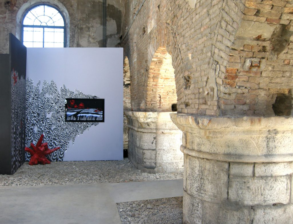 Neither snow nor Meteor Showers (particolare), 2010, screen painting, fiberglass, gesso dipinto, stampa digitale e acrilico su tela, 350 x 500, veduta dell'installazione Tina B at the Venice Biennale, Arsenale Nuovissimo, Venezia, 2010