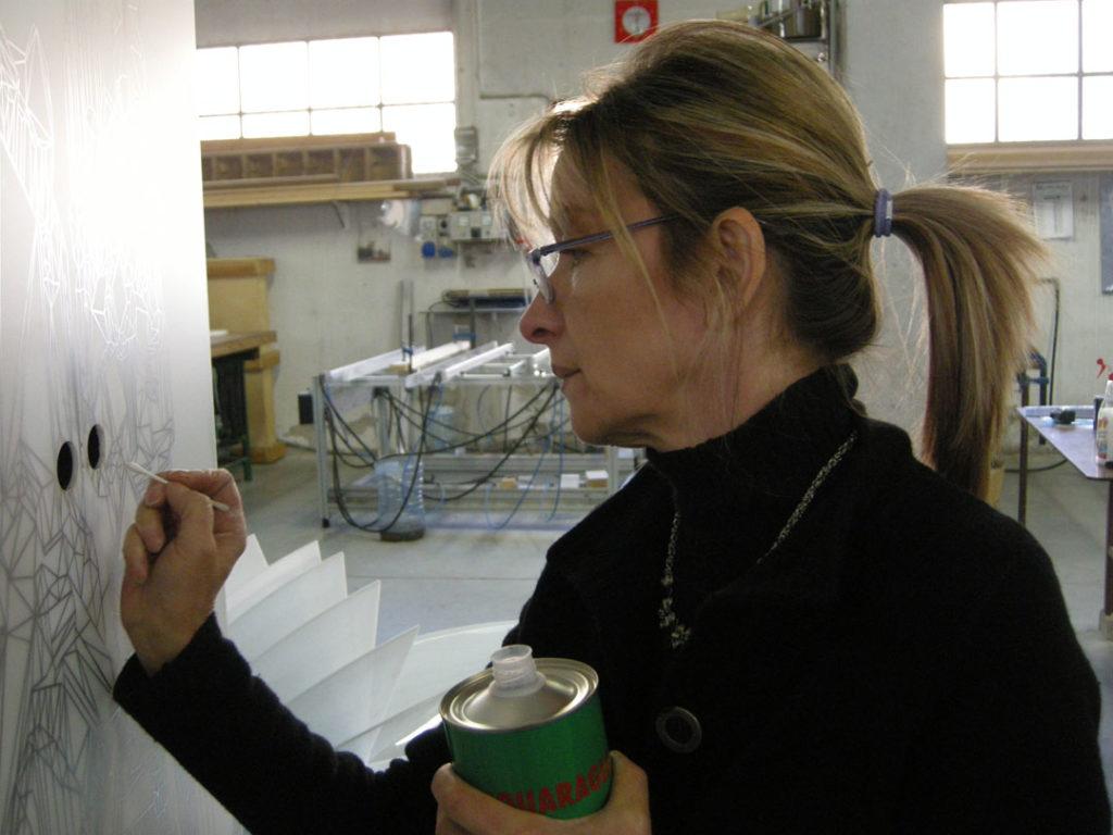 Giuliana Cunéaz durante la realizzazione di Mobilis in Mobili, 2012