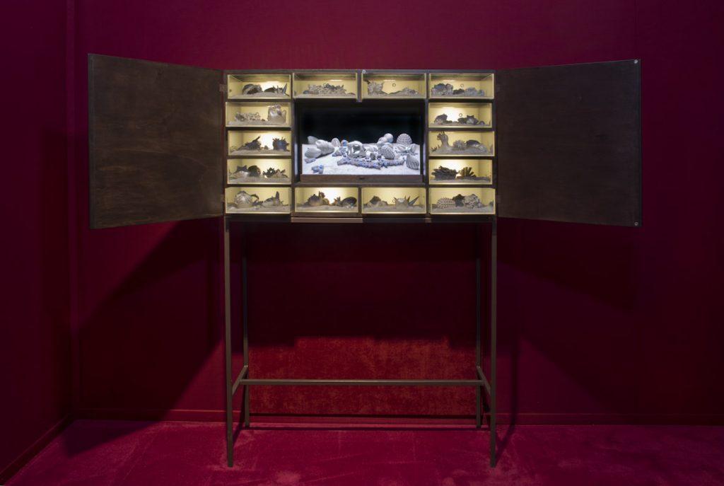 Matter waves unseen, 2012, legno, plexiglass, led, sabbia, televisore HD e materiali vari, 165 x 113,5 x 40 cm