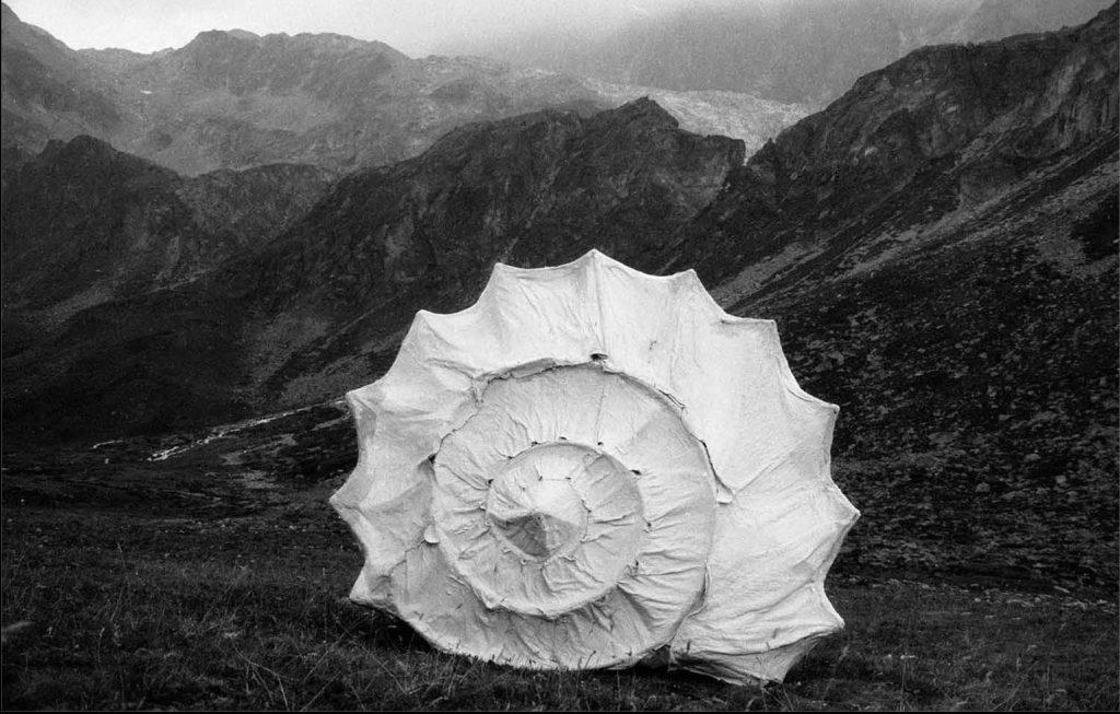 Cassis Tuberosa, 1990, ferro, tela, gesso, 170 x 200 cm, Conca di By, Ollomont, 1990, (foto Evelyne Renault)