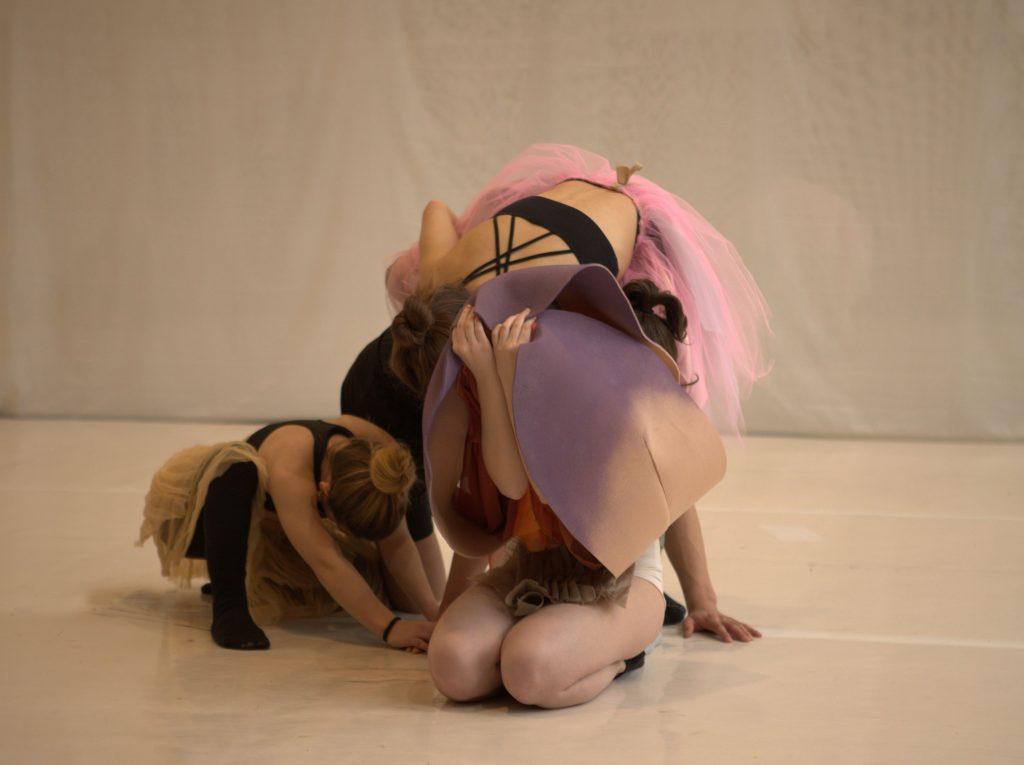 Danzatori Kataklò danza in costume