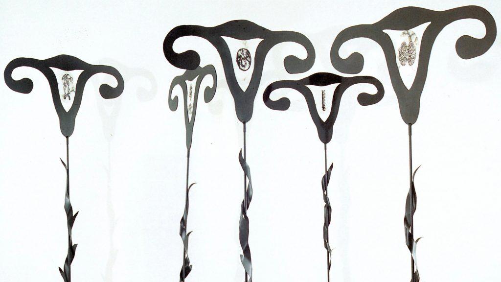 Falotici Talami, 1992, ferro smaltato, alabastro, inchiostro serigrafico, 230 x 99 x 38 cm (ciascuno) (foto Ernani Orcorte)