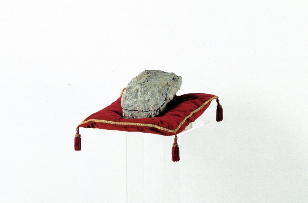 In Corporea Mente, 1993, natural split stone, silk-screened gold and plexiglass, 144 x 54 x 44,5 cm (detail) (photo Ernani Orcorte)