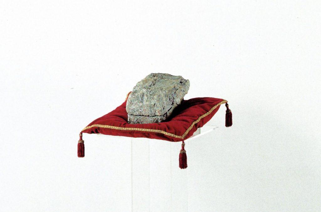 In Corporea Mente, 1993, pietra con spacco naturale, oro serigrafato e plexiglass, 144 x 54 x 44,5 cm (particolare) (foto Ernani Orcorte)