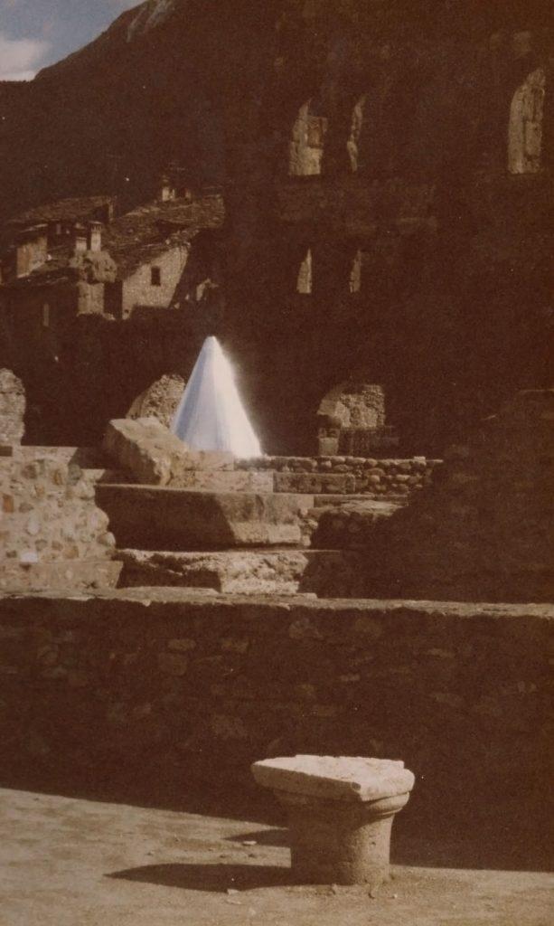 Archéopterix, 1990, veduta dell'installazione, Teatro romano, Aosta, 1990 (particolare)