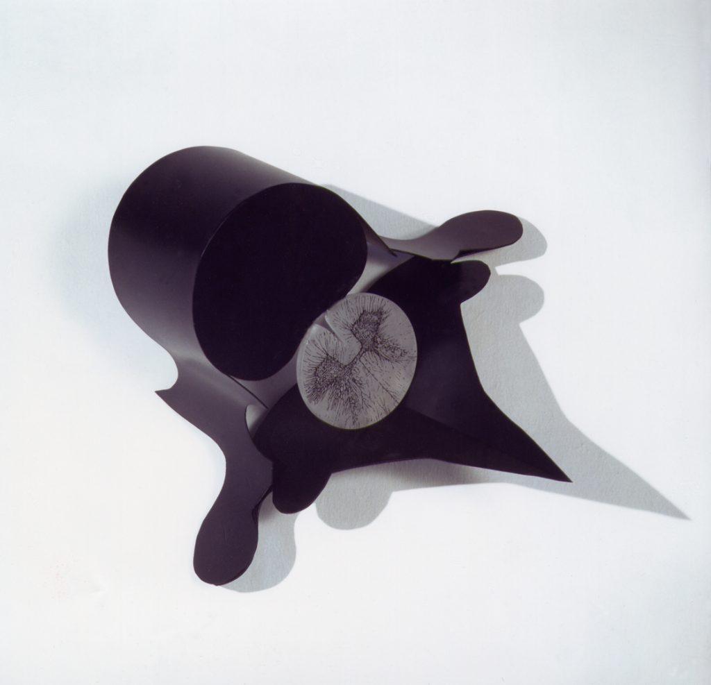 Amenti di Vertebre, 1992, ferro, alabastro, inchiostro per serigrafia, 35 x 45 cm (foto Ernani Orcorte)