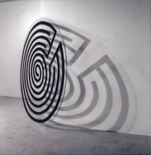 Labirinti, 1990, installazione, disco plexiglass, smalto nero, cm. 180
