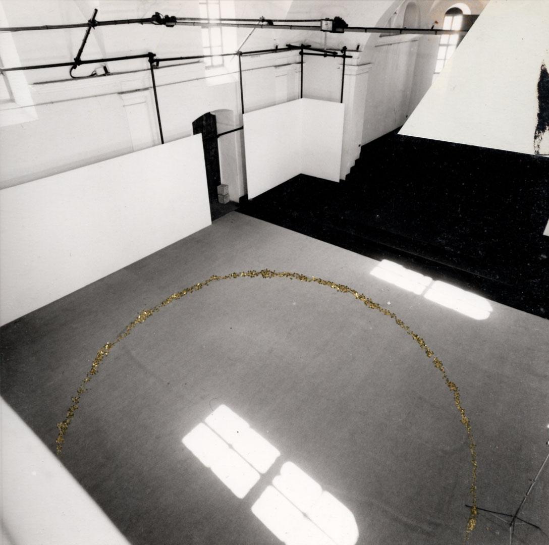Angeli, 1989, stampa fotografica, polvere dorata, diametro 350 cm (progetto)